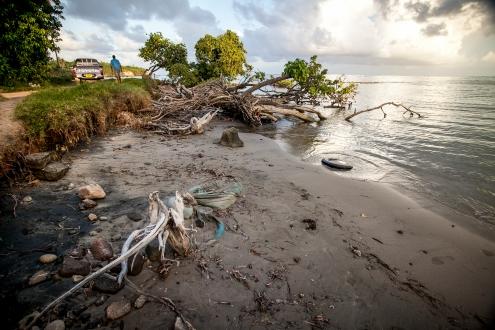 Sealevel naik, sisa-sisa dermaga tua dan bakau di Grenville Bay, Grenada.